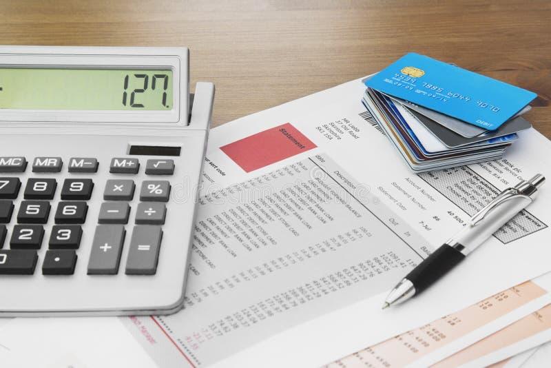 Fermez-vous des cartes de crédit avec les déclarations, le stylo et le c de carte de crédit photographie stock
