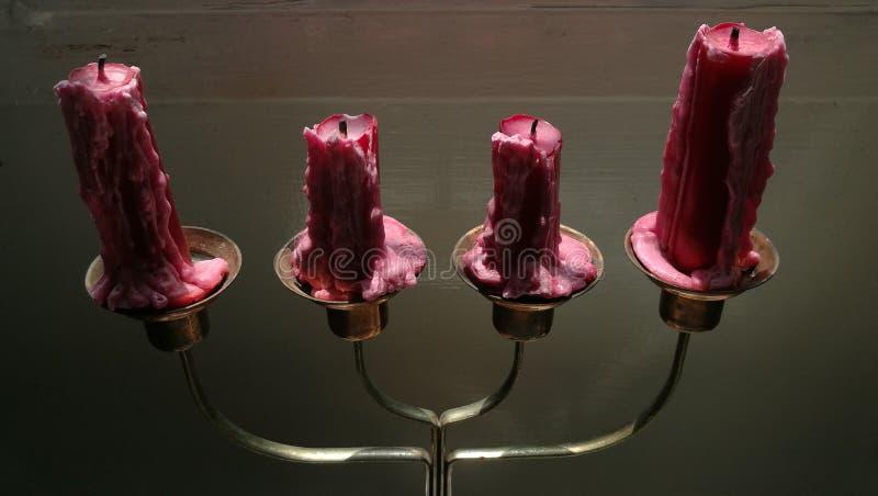 Fermez-vous des chandeliers antiques en métal avec des bougies photographie stock