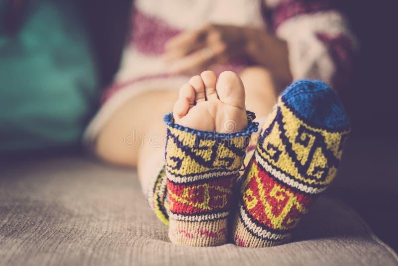 Fermez-vous des chaussettes chaudes drôles cassées d'hiver image stock