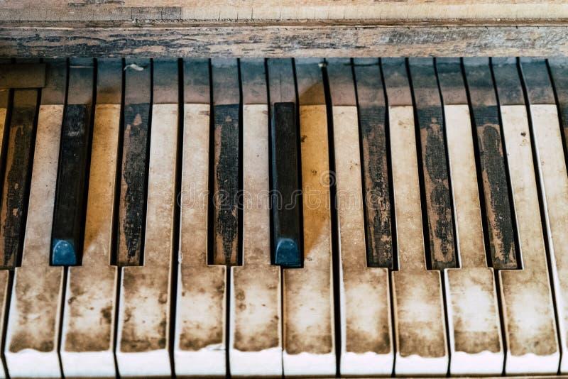 Fermez-vous des clés antiques rustiques sales et vieilles de piano images stock