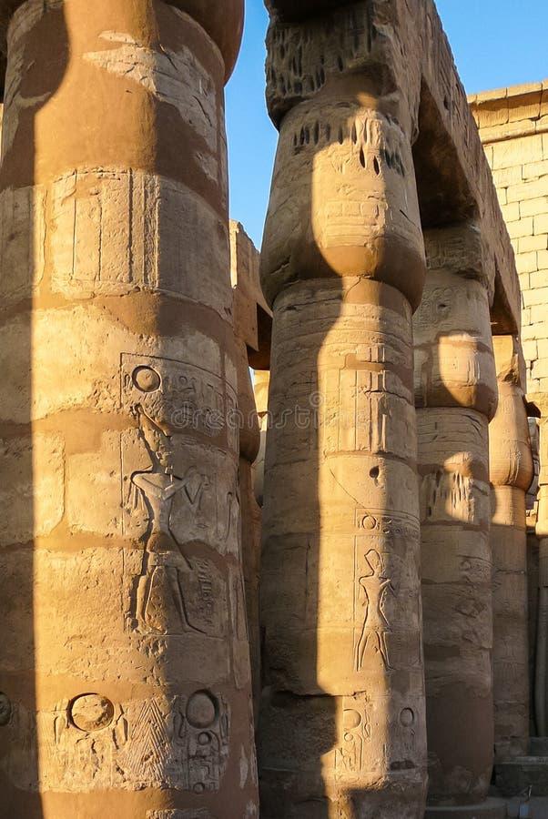 Fermez-vous des colonnes du hall de temple de Karnak photos stock