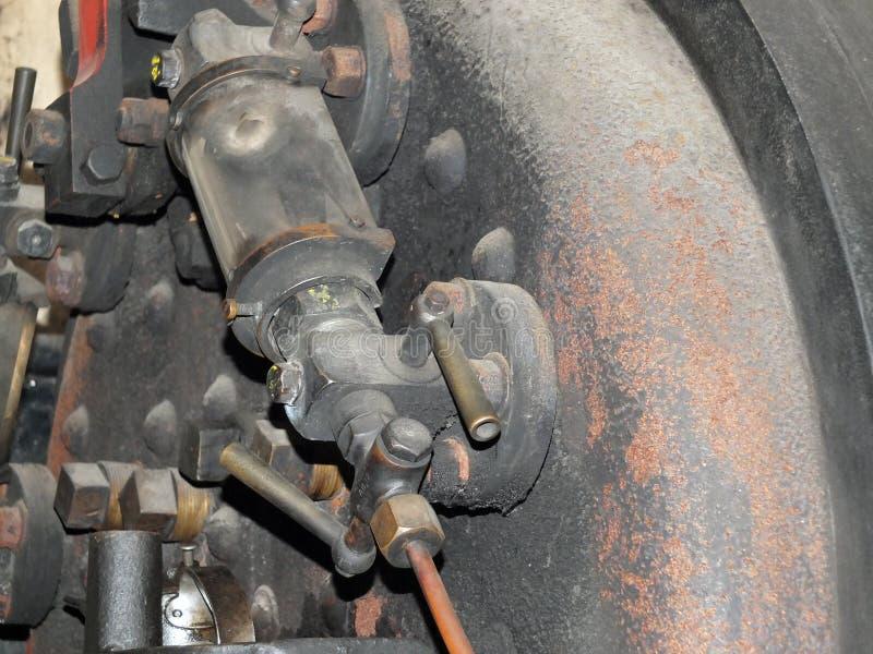 Fermez-vous des contrôles de mesure d'eau et des tuyaux d'une vieille locomotive à vapeur de rouillement abandonnée image stock