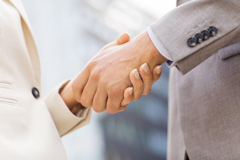 Fermez-vous des couples d'affaires se serrant la main photographie stock