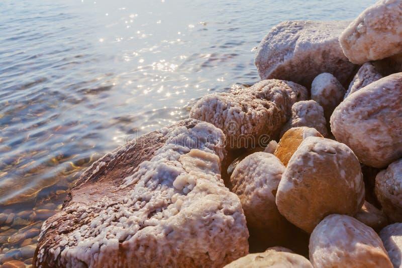 Fermez-vous des cristaux naturels de sel, texture de sel Petites vagues touchant contre le rivage salé de roche à la côte morte photo libre de droits