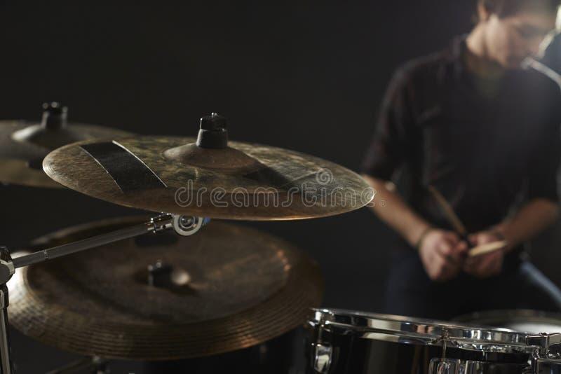 Fermez-vous des cymbales sur le kit du tambour du batteur photographie stock libre de droits