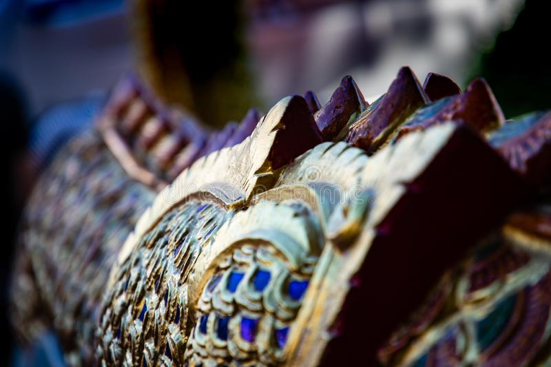 Fermez-vous des détails de décoration d'un temple de Bouddha dans Bankok photos stock