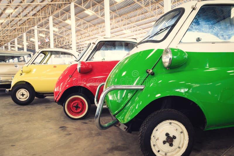 Fermez-vous des détails latéraux d'une voiture de vert, rouge et jaune de vintage image stock