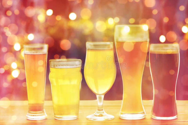 Fermez-vous des différentes bières en verres sur la table image stock
