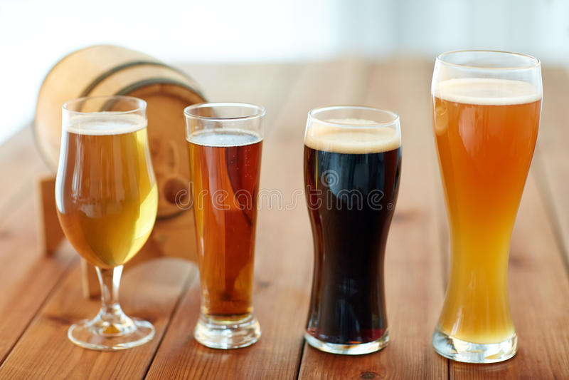 Fermez-vous des différentes bières en verres sur la table photographie stock
