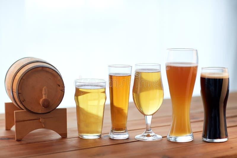 Fermez-vous des différentes bières en verres sur la table photos stock