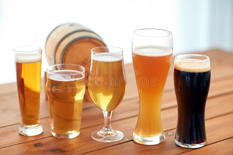 Fermez-vous des différentes bières en verres sur la table images libres de droits