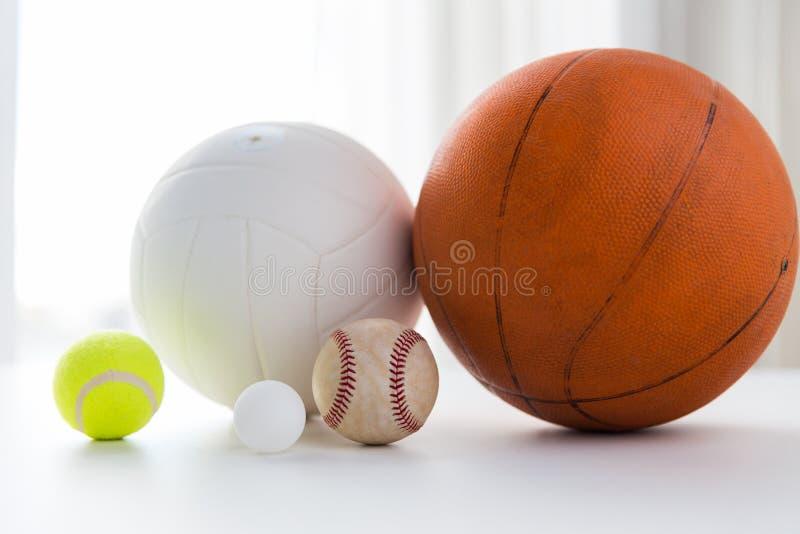 Fermez-vous des différentes boules de sports réglées images libres de droits