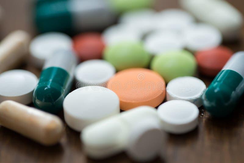Fermez-vous des différentes drogues sur la table photos libres de droits
