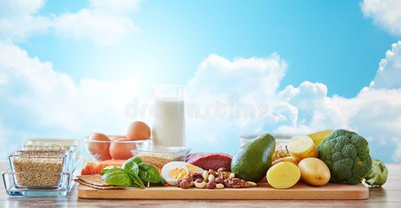 Fermez-vous des différents produits alimentaires naturels sur la table photographie stock