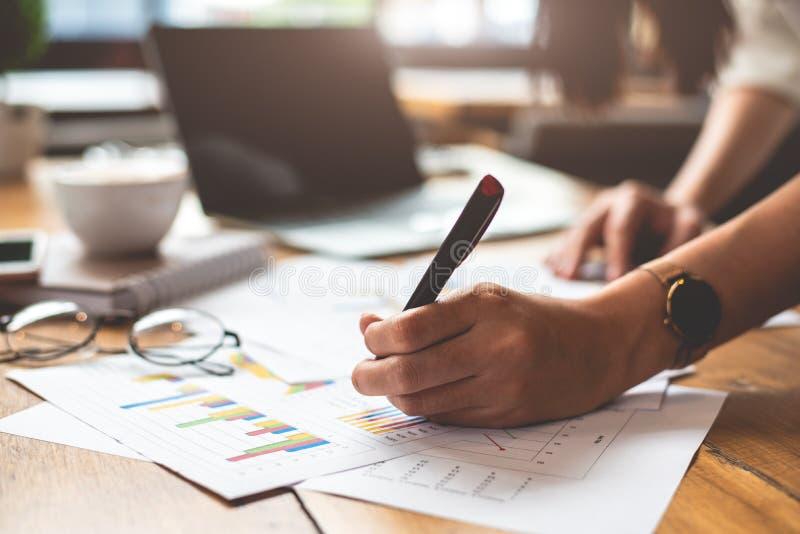 Fermez-vous des données de compte rendu succinct d'écriture de main de femme d'affaires repère photos stock