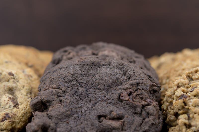 Fermez-vous des doubles biscuits de chocolat image libre de droits
