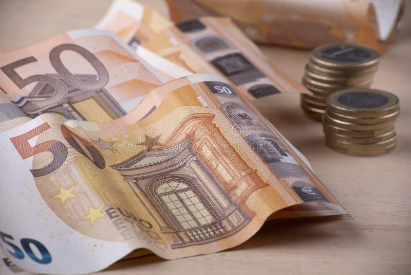 Fermez-vous des euro billettes et morceaux de pièces de monnaie photographie stock libre de droits