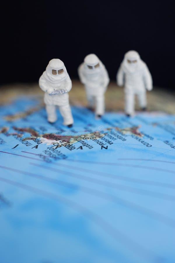 Fermez-vous des figurines miniatures des astronomes images libres de droits