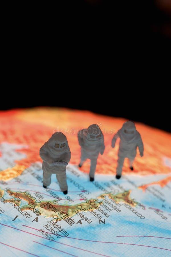 Fermez-vous des figurines miniatures des astronomes sur le globe image libre de droits