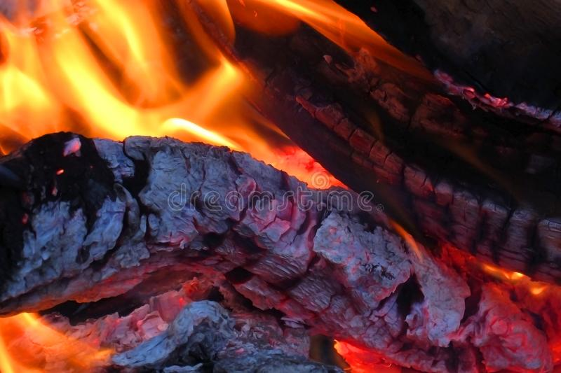 Fermez-vous des flammes et des braises dans le feu de camp images stock