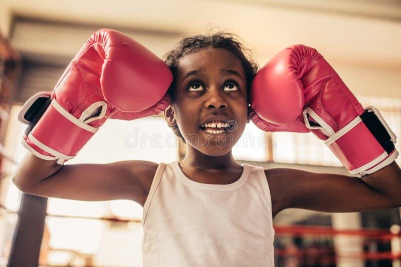Fermez-vous des gants de boxe de port d'enfant photos libres de droits