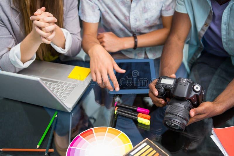 Fermez-vous des gens d'affaires créatifs avec l'appareil photo numérique photographie stock