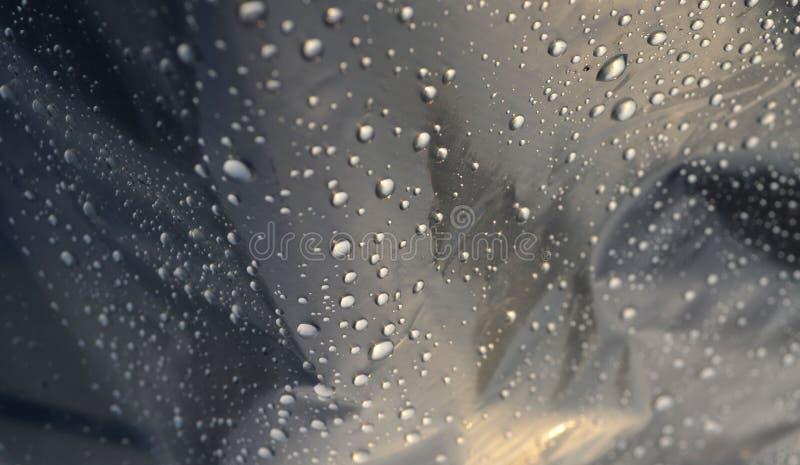 Fermez-vous des gouttes de pluie sur la toile cirée image libre de droits