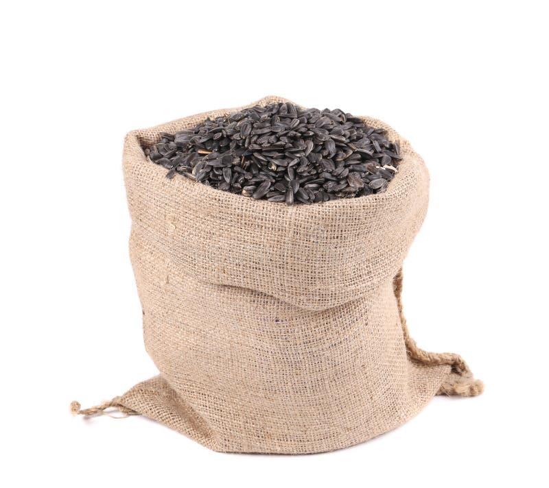 Fermez-vous des graines de tournesol noires dans le sac image stock