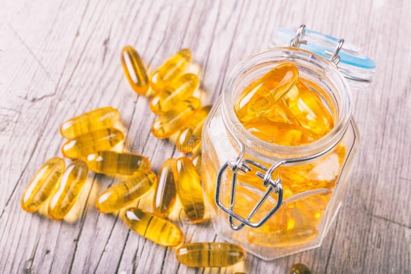 Fermez-vous des grosses capsules d'huile des poissons omega-3 images libres de droits