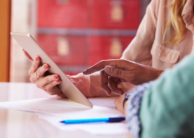 Fermez-vous des hommes d'affaires avec la Tablette de Digital lors de la réunion images stock