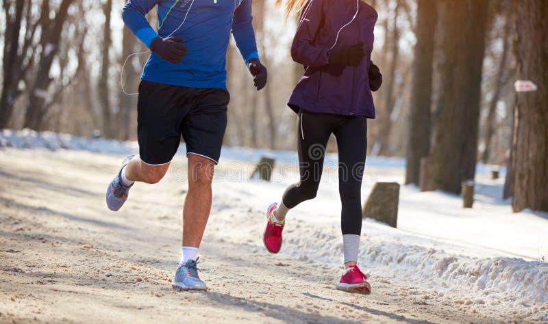 Fermez-vous des jambes du concept sportif de couples photographie stock libre de droits