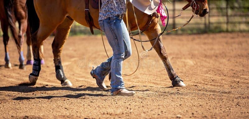 Fermez-vous des jambes du rodéo femelle de Rider Leading Horse At Country photographie stock