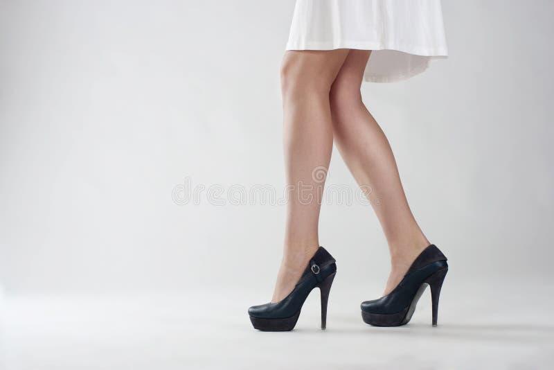 Fermez-vous des jambes femelles élégantes images stock