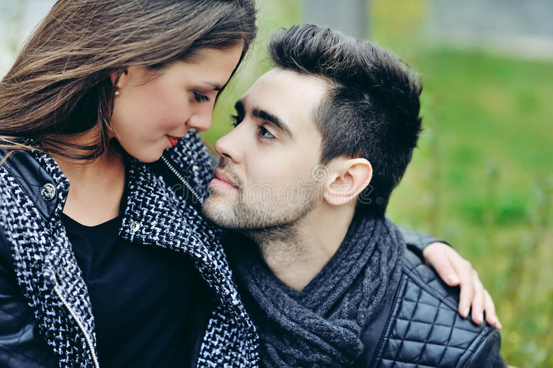 Fermez-vous des jeunes beaux couples dans l'amour photographie stock