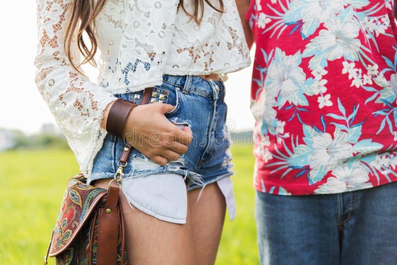 Fermez-vous des jeunes couples hippies dehors photos stock