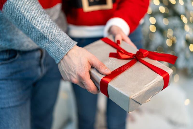 Fermez-vous des jeunes couples liant le cadeau photographie stock libre de droits