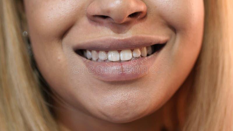 Fermez-vous des lèvres de sourire, fille afro-américaine photo stock