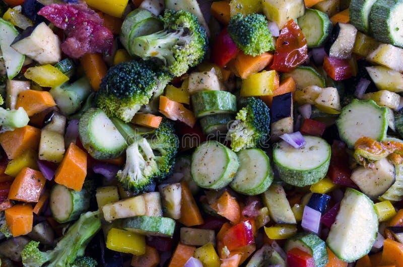 Fermez-vous des légumes coupés colorés dans la lumière naturelle photo stock