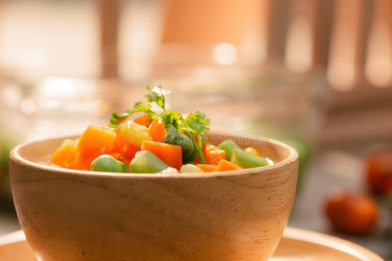 Fermez-vous des légumes cuits à la vapeur sur le fond d'isolement images stock