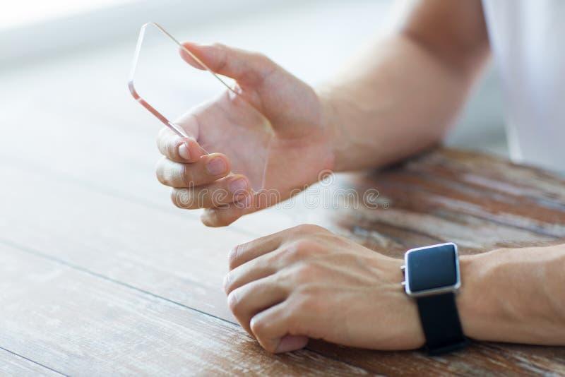 Fermez-vous des mains avec le téléphone et la montre intelligents photographie stock libre de droits