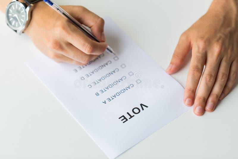Fermez-vous des mains avec le vote ou le vote sur l'élection images stock