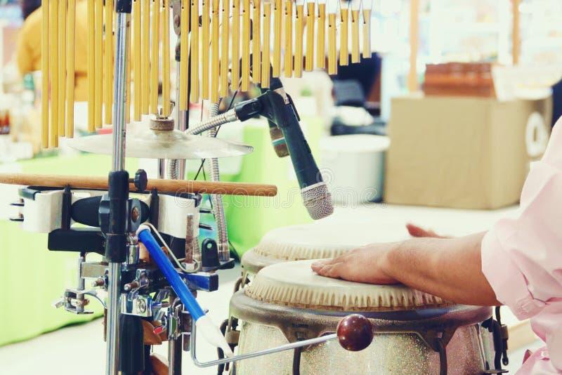 Fermez-vous des mains d'un homme jouant une percussion de tambour photos stock