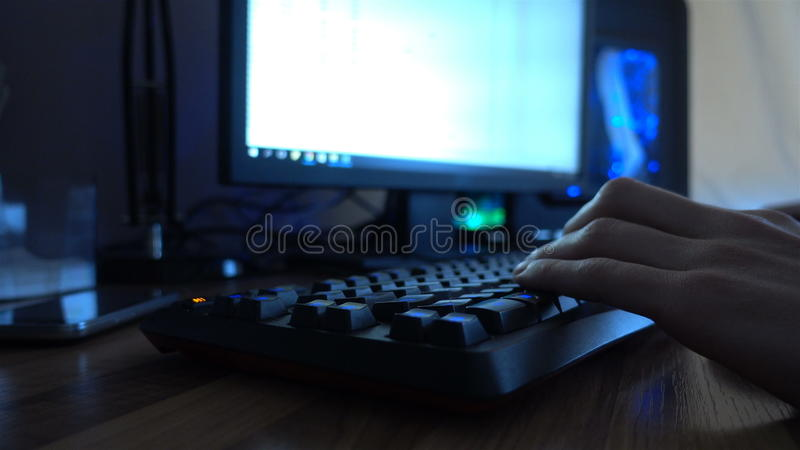 Fermez-vous des mains dactylographiant sur un clavier d'ordinateur 4k image libre de droits