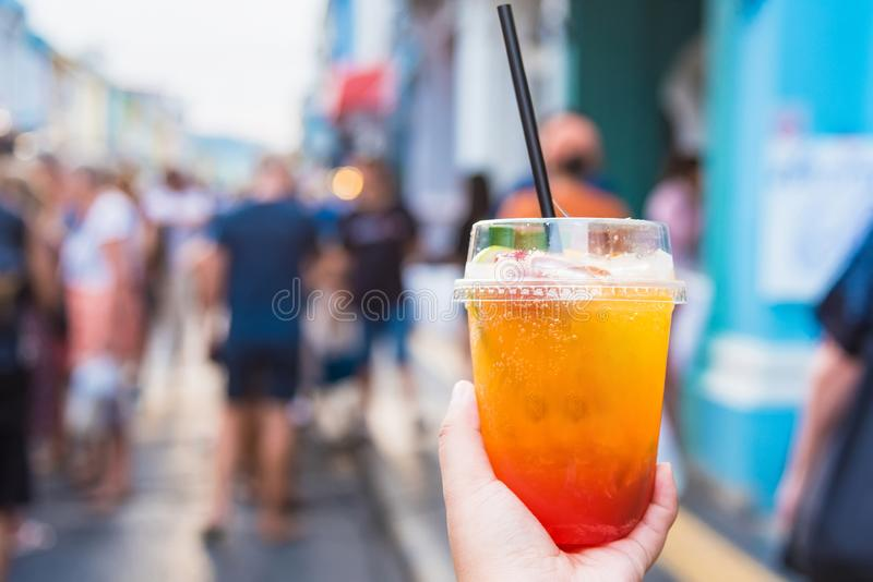 Fermez-vous des mains de femme tenant la macédoine de fruits au marché en plein air de marche Phuket thailand image stock