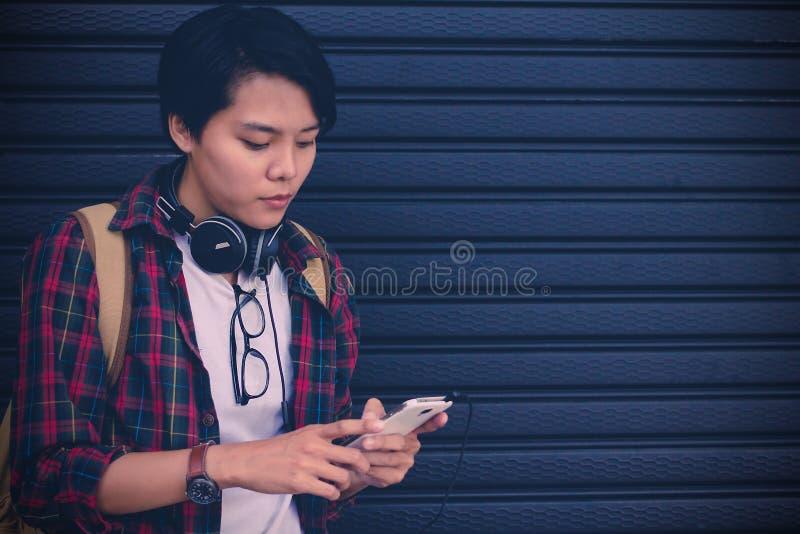 Fermez-vous des mains des hommes tenant le téléphone portable émouvant avec l'espace vide de copie pour votre message textuel, to photo libre de droits
