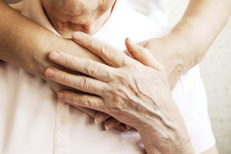 Fermez-vous des mains mûres de la femme et de l'infirmière Soins de santé donnant, maison de repos Amour parental de grand-mère L images libres de droits