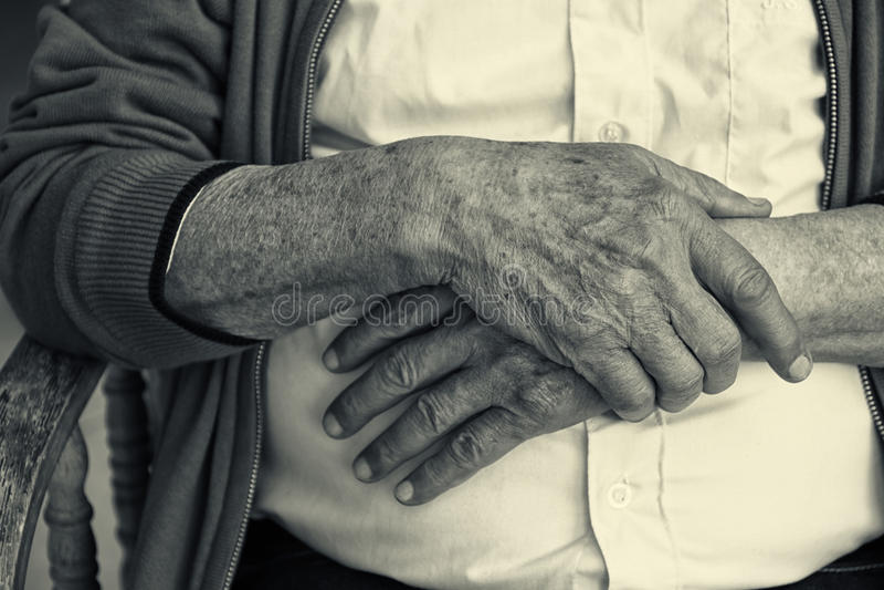 Fermez-vous des mains masculines pluses âgé Pékin, photo noire et blanche de la Chine photographie stock libre de droits