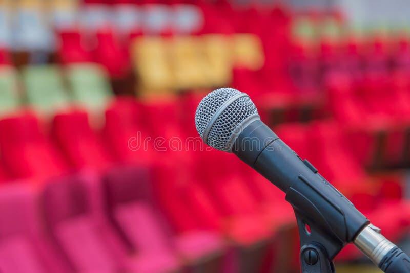 Fermez-vous des microphones dans le théâtre ou la salle de conférences photo stock
