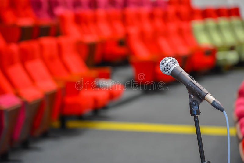 Fermez-vous des microphones dans le théâtre ou la salle de conférences photographie stock libre de droits