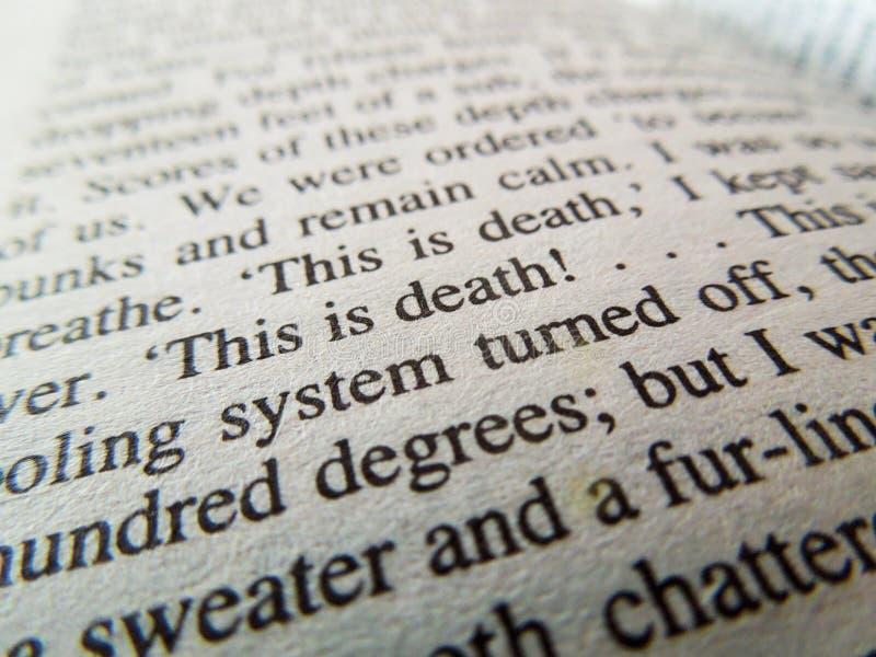 Fermez-vous des mots sur un livre avec des mots au foyer photo stock